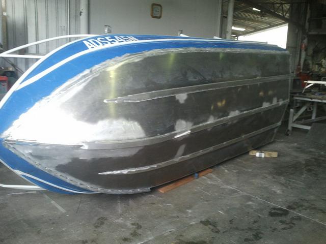дырка в алюминиевой лодке
